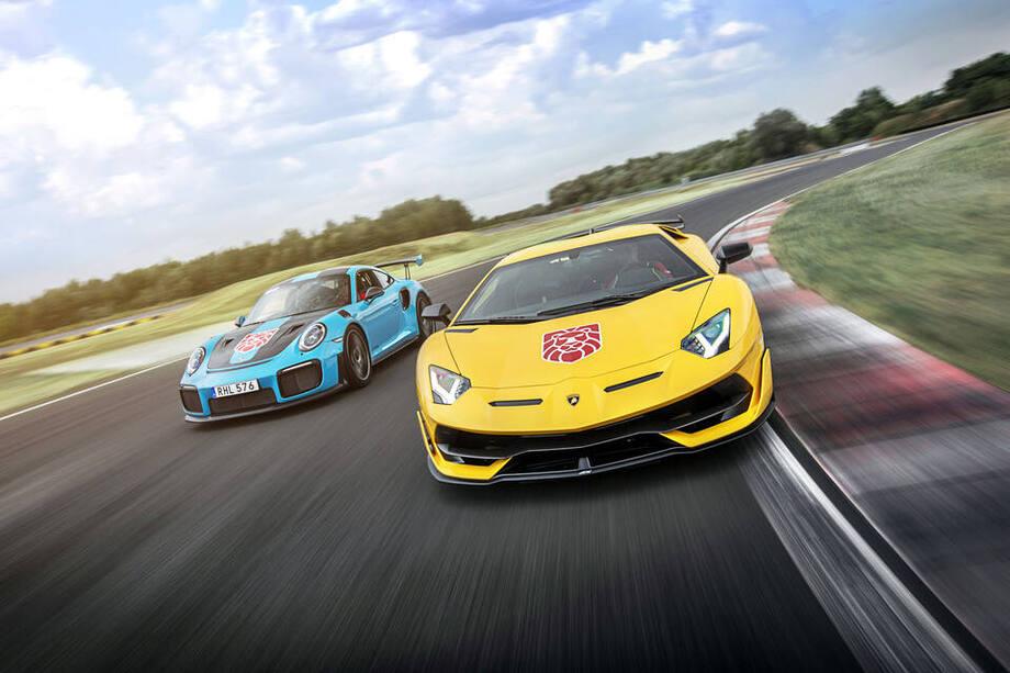 Sportowe samochody jadące po torze wyścigowym